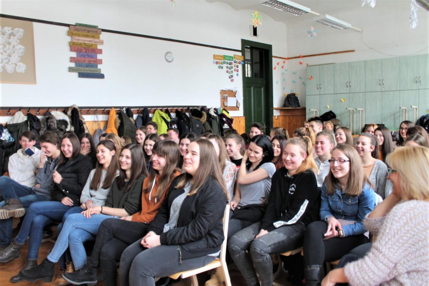 középiskolás diák társkereső főiskolai hallgató